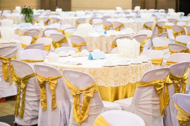 宴会場に置かれたテーブル Premium写真