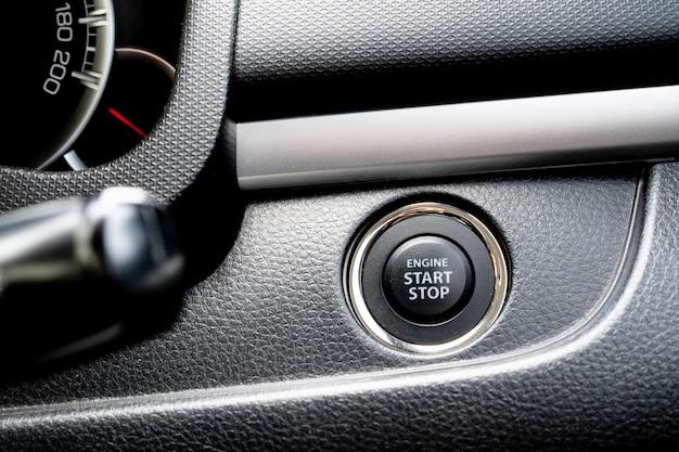 プッシュスタートまたはエンジン停止ボタンの表示。 Premium写真