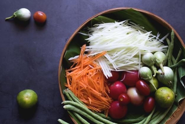 パパイヤサラダの材料。ソムタムタイ料理 Premium写真