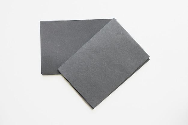 ビジネスの空白の黒いカードは、机の上に表示されます。 Premium写真