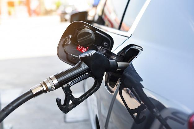 Авто заправка бензином на станции Premium Фотографии