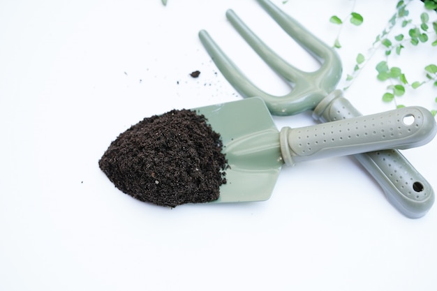 Червячное удобрение на зеленой ложке для посадки деревьев Premium Фотографии