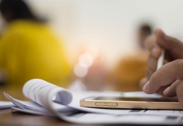 ビジネスマンは仕事に連絡するために電話を使っています。 Premium写真