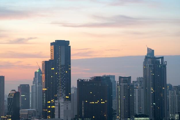 Сумерки вид на город в бангкоке, таиланд. Premium Фотографии