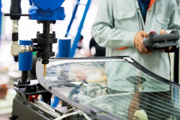 タブレット、産業用スマートファクトリーのヘビーオートメーションロボットアームマシンを使用してエンジニアの手 Premium写真