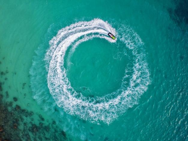 休暇中、人々は海でジェットスキーをしています。 Premium写真