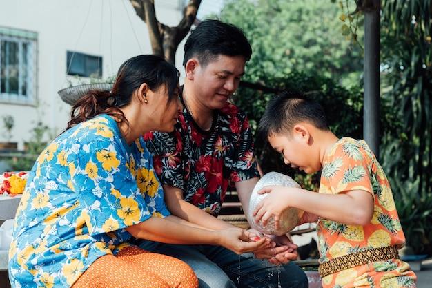 Фестиваль сонгкран купается в отношении родителей Premium Фотографии
