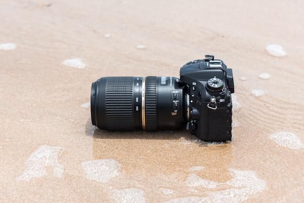 水の海の波から濡れているビーチのデジタル一眼レフカメラ Premium写真