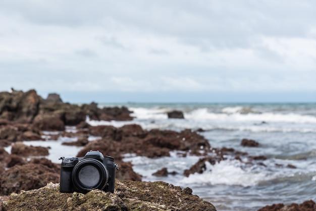 水の海の波から濡れている石のビーチでデジタル一眼レフカメラ Premium写真