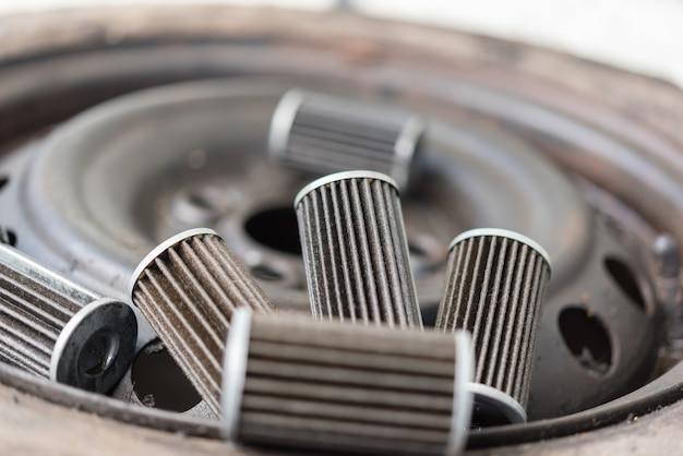 車庫で古い潤滑油エンジンオイルフィルター Premium写真