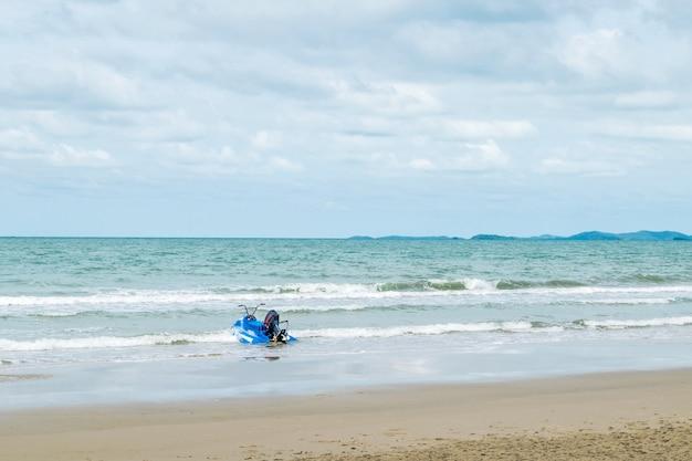ビーチや自然の中で青空の熱帯海を旅し、レトロなウォータースクーターを持っている Premium写真