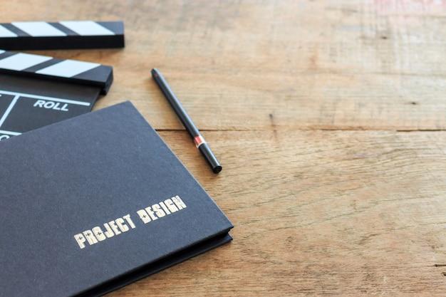 ソフトディレクターのデスク、ソフトフォーカス、バックライト付き。トップビューショット Premium写真
