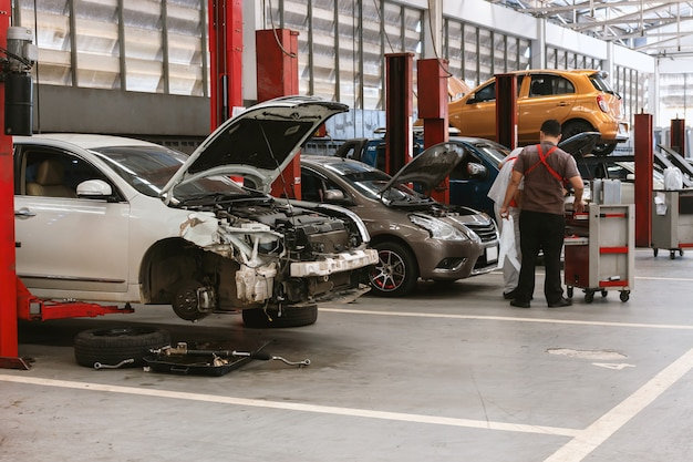 Крупным планом автомобиль в ремонтной станции и кузовной цех Premium Фотографии