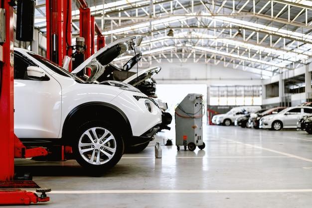 Автомобиль крупным планом в ремонтной станции и кузовного цеха Premium Фотографии