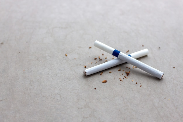 世界ないタバコの日の概念。セメントの床にクローズアップタバコ Premium写真