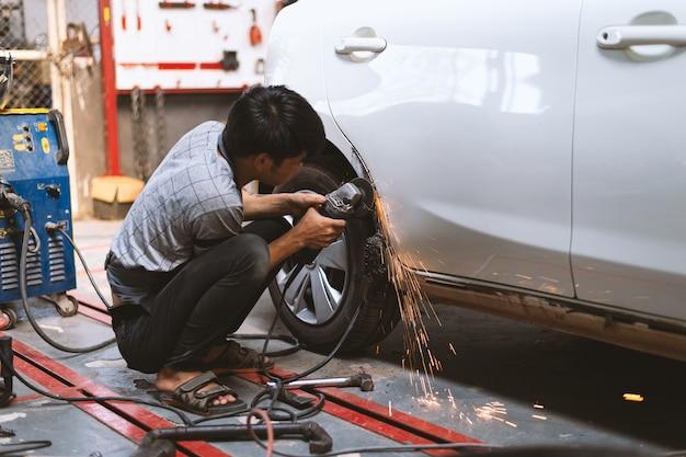 Механик работник ремонт кузова и покраска с профессиональным обслуживанием Premium Фотографии