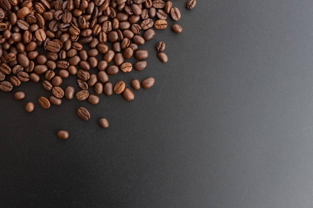 黒の背景にクローズアップのコーヒー豆 Premium写真