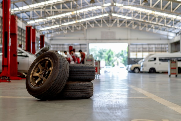 Шина крупного плана старая в станции ремонта автомобилей Premium Фотографии