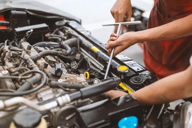 Механик рабочий автомобиль обслуживания Premium Фотографии