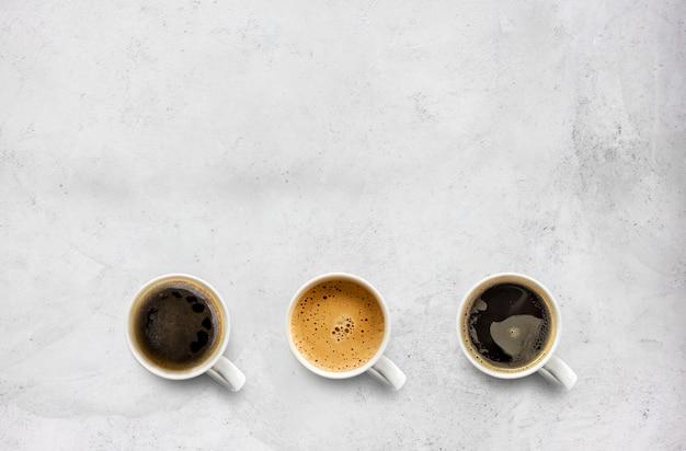 セメントテーブルの上のコーヒーカップ Premium写真