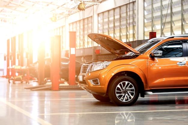 背景とソフトに焦点を合わせた車修理場 Premium写真