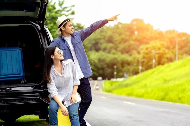 夏の車旅行、車で旅行を楽しんでいる男性と女性の友人のグループ Premium写真