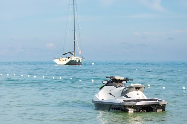 ジェットスキーとヨット Premium写真