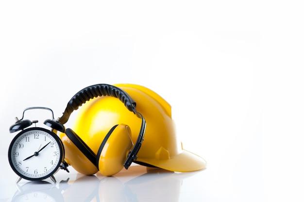 Установите будильник для ношения защитных наушников из кожи с защитным шлемом для рабочего Premium Фотографии