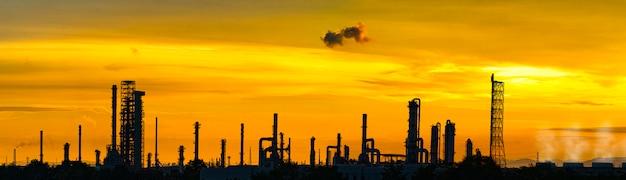 製油所と石油貯蔵タンク Premium写真