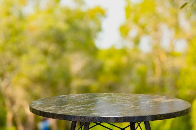 Пустой мраморный стол для демонстрации продуктов перед кафе Premium Фотографии