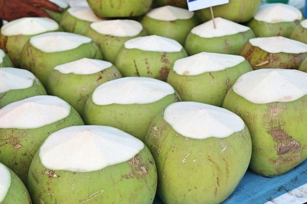 屋台の食べ物でココナッツ Premium写真