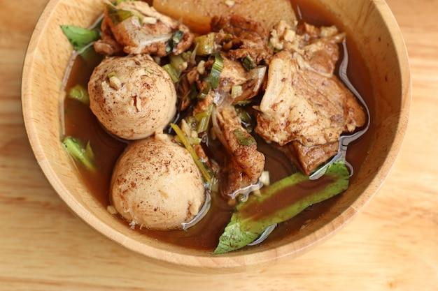 ミートボールと豚肉の煮込みスープ Premium写真
