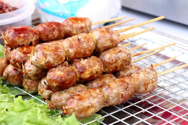 バーベキューソーセージ屋台の食べ物 Premium写真