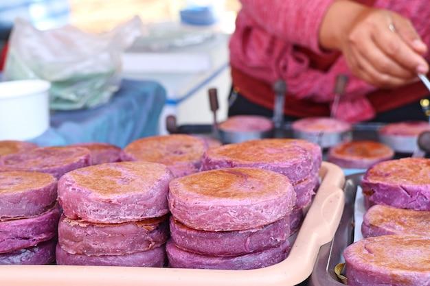 屋台の食べ物で紫サツマイモ Premium写真