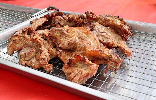 屋台の食べ物に豚のロースト Premium写真