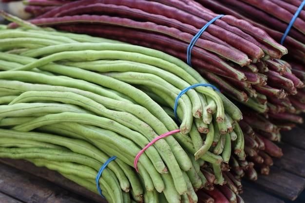 市場での長い豆 Premium写真