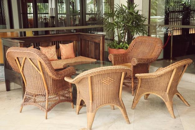 Коричневый плетеный стул из ротанга Premium Фотографии