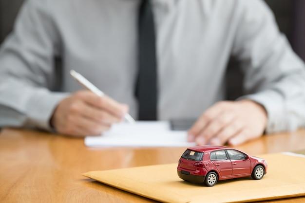 銀行は自動車ローンを承認します Premium写真