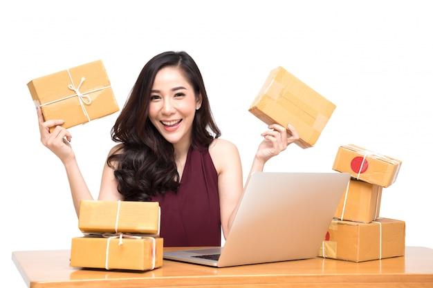 スタートアップスモールビジネス起業家フリーランスの若いアジアの女性が自宅で仕事をして、多くの顧客の注文に興奮して、オンラインマーケティングの梱包箱配送コンセプト Premium写真