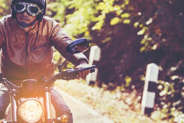 Человек ехал на мотоцикле по дороге в свободном образе жизни во время отпуска Premium Фотографии