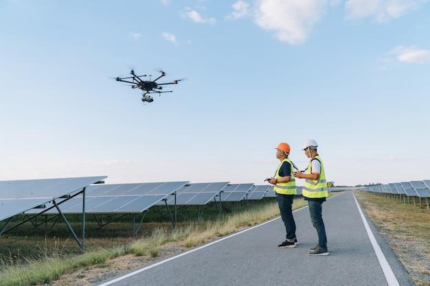 Инспектор инженерной концепции; инженер осматривает солнечную батарею на солнечной электростанции Premium Фотографии