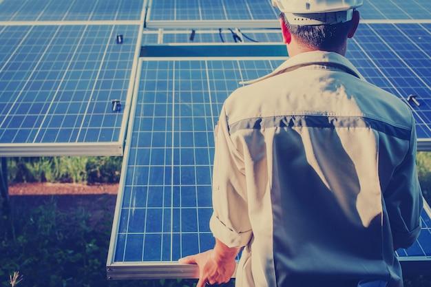 Электрик, заменяющий солнечную панель с падением напряжения солнечной батареи Premium Фотографии