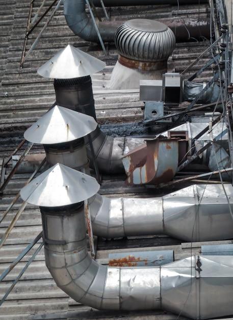 工場の屋根に設置された換気および空調用パイプ Premium写真
