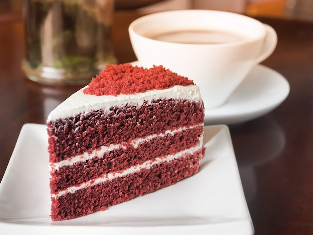 白い皿に赤いベルベットのケーキのスライス。 Premium写真