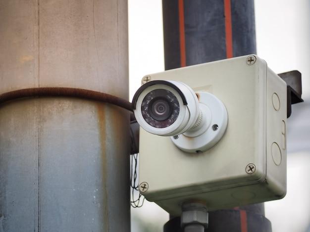 Камера видеонаблюдения на высоком полюсе для общественной защиты. видеонаблюдение в городе. Premium Фотографии