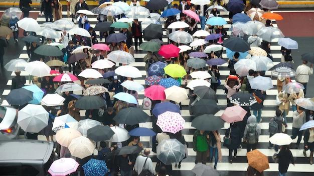 未定義の日本人の人たちが通りを横切るために歩いている Premium写真