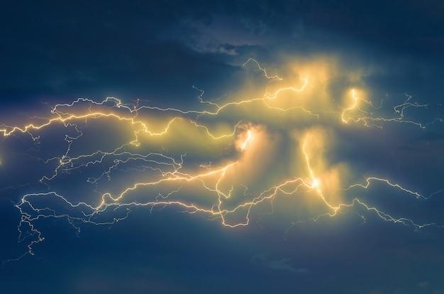 雷の稲妻と雲の背景で空に嵐 Premium写真