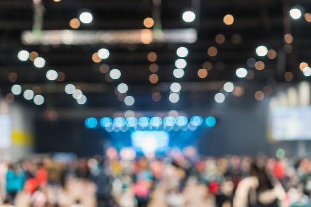 展示場の会議ホールまたはセミナールームの抽象的なぼかし写真 Premium写真