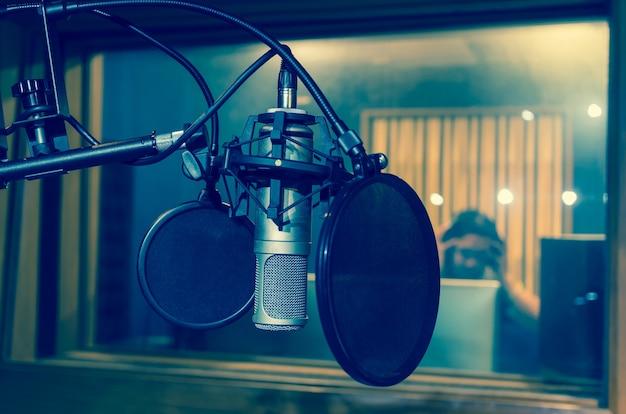 プロフェッショナルコンデンサースタジオマイク、ミュージカルコンセプト Premium写真