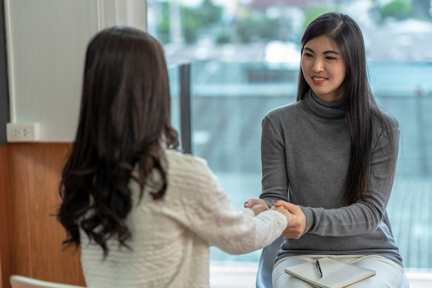女性患者に相談するアジアの女性の専門心理医 Premium写真